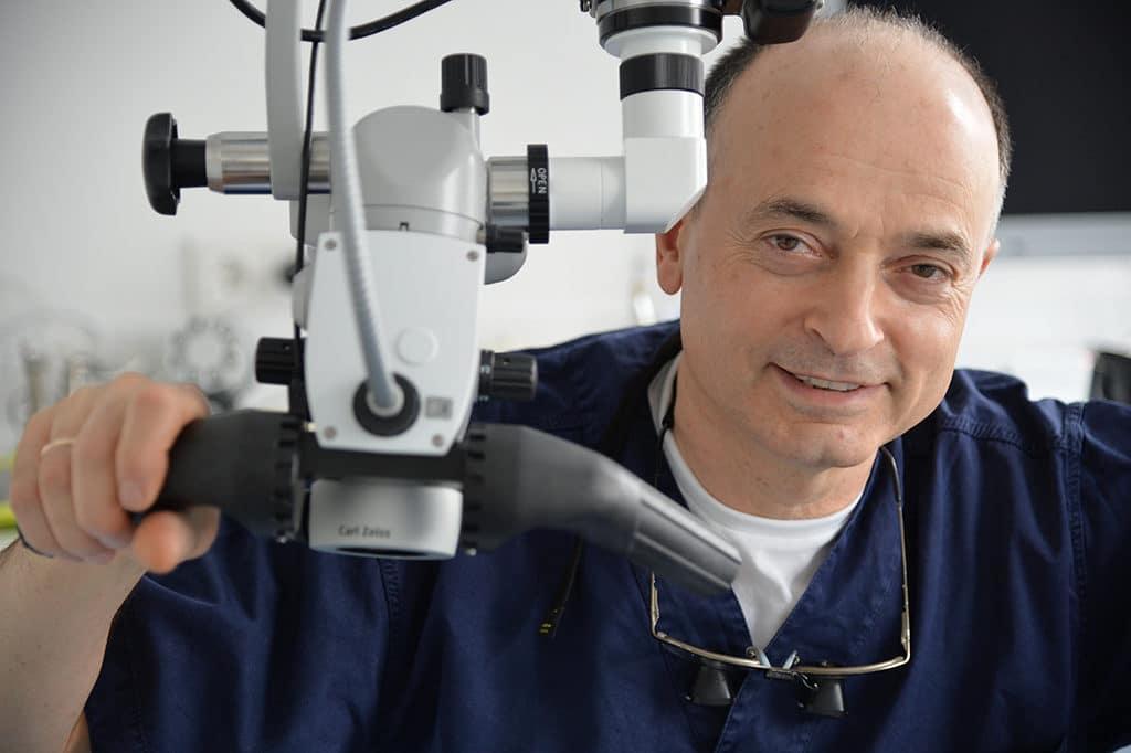 Zahnarzt Isakowitsch mit Dentalmikroskop